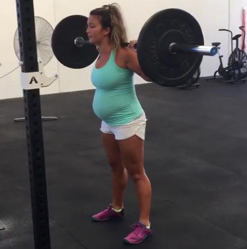 Bà bầu siêu khỏe: Sắp sinh vẫn nâng tạ 40kg - 1