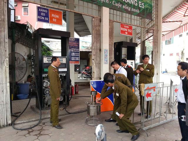 2 cây xăng gắn chíp gian lận ở Hà Nội: Bắt 8 đối tượng - 1