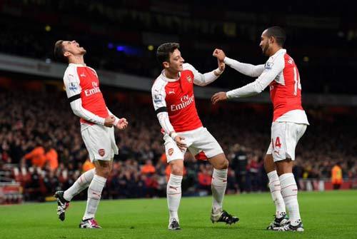Kỳ lạ Arsenal: Vô đối 12 tháng, trắng tay cả mùa giải - 1