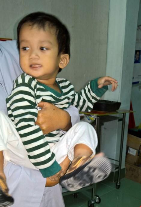 Bé trai hai tuổi bị bỏ rơi trước cổng chùa - 1