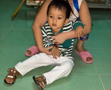 Bé trai hai tuổi bị bỏ rơi trước cổng chùa - 2