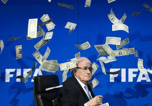 50 hình ảnh thể thao SỐC 2015: Blatter bị ném tiền vào mặt (P1) - 1