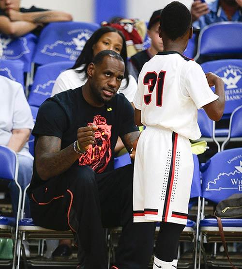 Tròn mắt nhìn con trai LeBron James chơi bóng rổ - 2