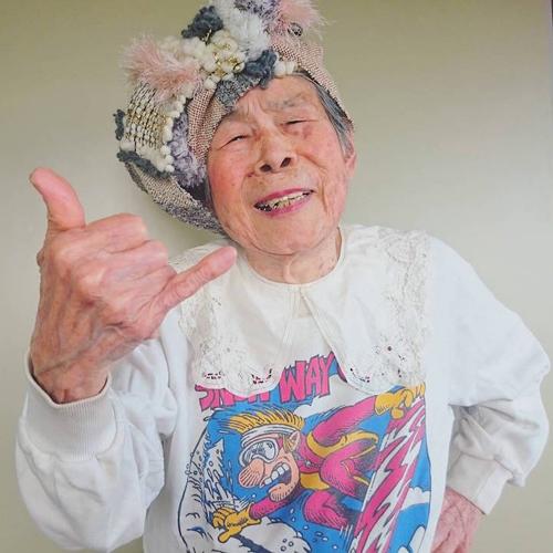 Gu mặc lòe loẹt, bắt mắt của cụ bà 93 tuổi - 2