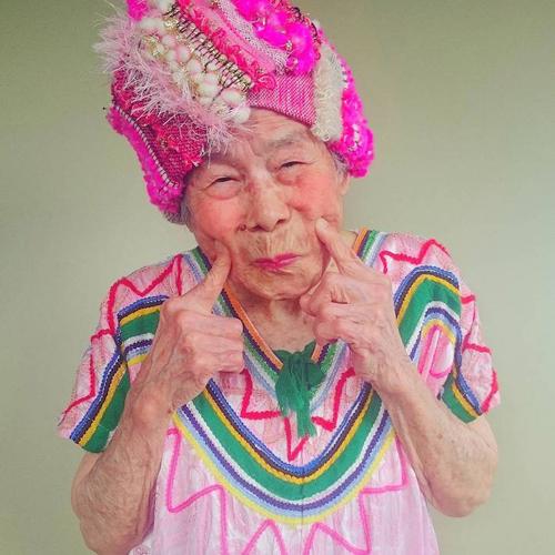 Gu mặc lòe loẹt, bắt mắt của cụ bà 93 tuổi - 1