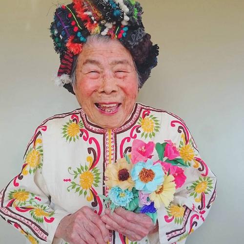 Gu mặc lòe loẹt, bắt mắt của cụ bà 93 tuổi - 12