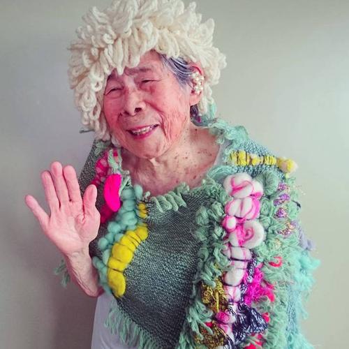 Gu mặc lòe loẹt, bắt mắt của cụ bà 93 tuổi - 13