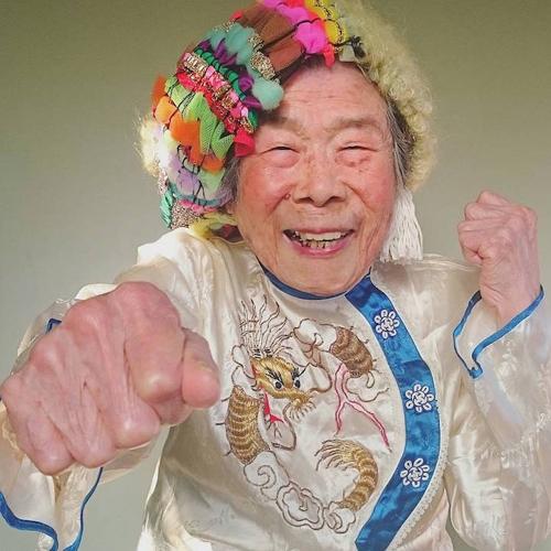 Gu mặc lòe loẹt, bắt mắt của cụ bà 93 tuổi - 6