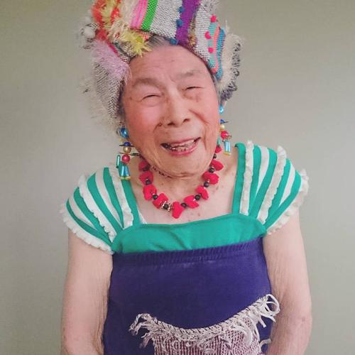 Gu mặc lòe loẹt, bắt mắt của cụ bà 93 tuổi - 14