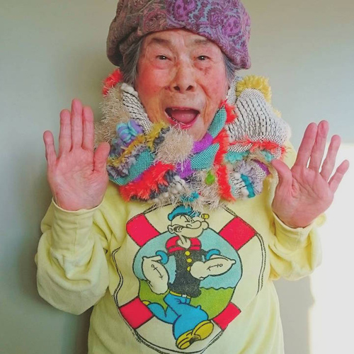 Gu mặc lòe loẹt, bắt mắt của cụ bà 93 tuổi - 5