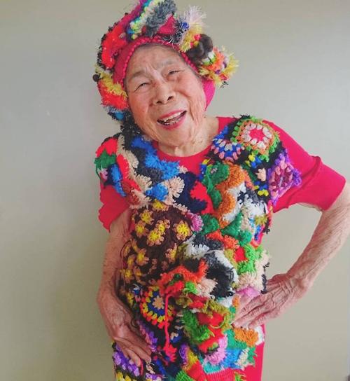 Gu mặc lòe loẹt, bắt mắt của cụ bà 93 tuổi - 4