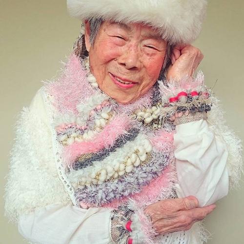 Gu mặc lòe loẹt, bắt mắt của cụ bà 93 tuổi - 7