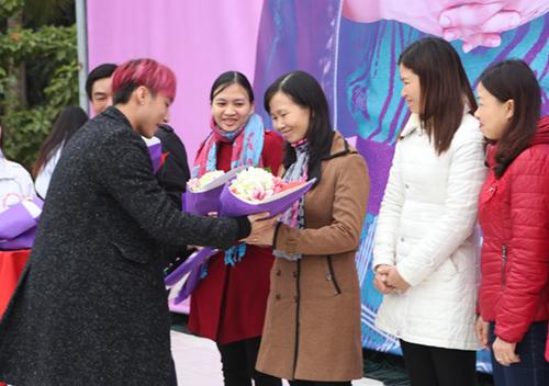 Sơn Tùng được fan nữ ôm chặt khi trở về trường cũ - 10