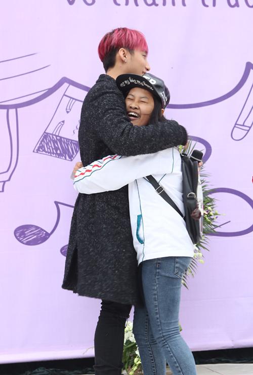 Sơn Tùng được fan nữ ôm chặt khi trở về trường cũ - 5