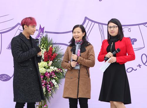 Sơn Tùng được fan nữ ôm chặt khi trở về trường cũ - 8