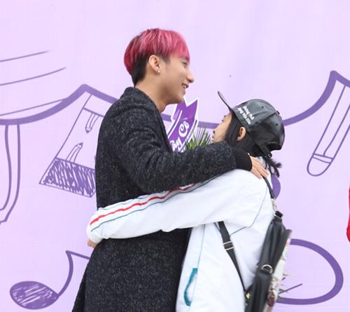 Sơn Tùng được fan nữ ôm chặt khi trở về trường cũ - 4