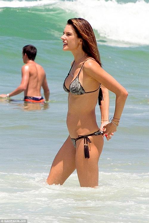 Áo tắm gợi cảm của sao đốt nóng bãi biển dịp cuối năm - 6