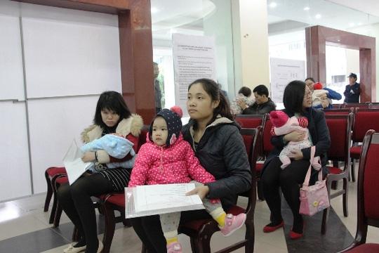 Hà Nội: Hàng trăm trẻ nhỏ tiêm vắc-xin trong giá rét - 2