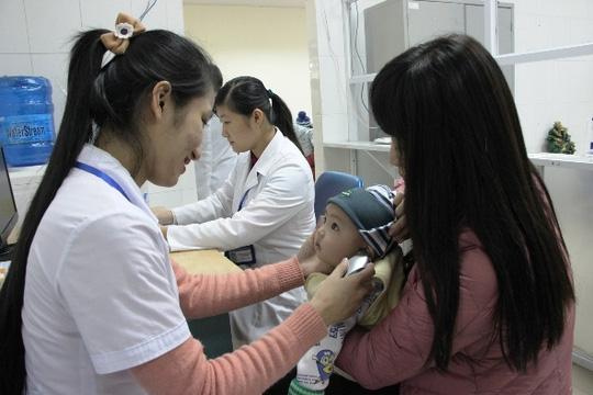 Hà Nội: Hàng trăm trẻ nhỏ tiêm vắc-xin trong giá rét - 6