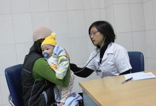 Hà Nội: Hàng trăm trẻ nhỏ tiêm vắc-xin trong giá rét - 7