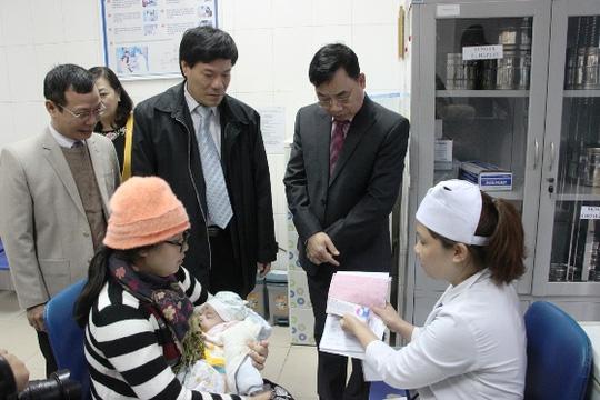 Hà Nội: Hàng trăm trẻ nhỏ tiêm vắc-xin trong giá rét - 8