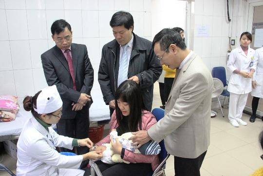 Hà Nội: Hàng trăm trẻ nhỏ tiêm vắc-xin trong giá rét - 9