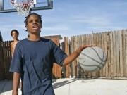 """Thể thao - Dị nhân: """"Nhìn"""" bằng tai chơi patin, ném bóng rổ"""