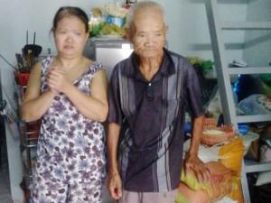 Nước mắt người cha 30 năm đi bộ bán bánh nuôi con bệnh tật