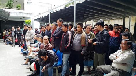Đà Nẵng: Thức trắng đêm chờ đăng ký tiêm vắc-xin - 1