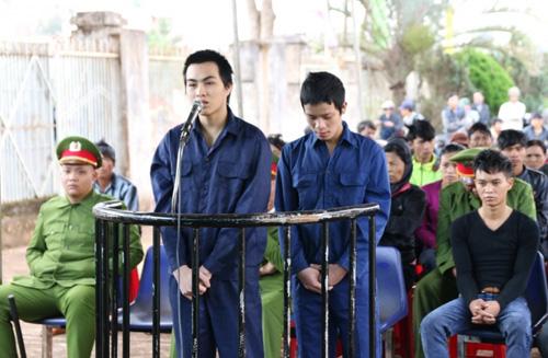 Hai thanh niên ném đá xe khách lĩnh 14 năm tù - 1