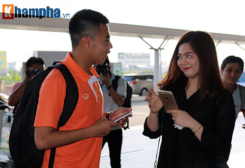 Bạn gái hot girl tiễn tuyển thủ U23 Việt Nam đi Qatar - 5
