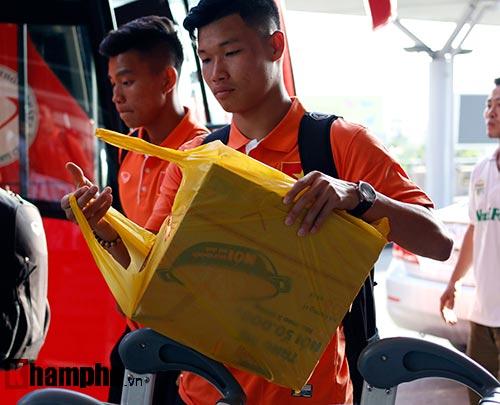Bạn gái hot girl tiễn tuyển thủ U23 Việt Nam đi Qatar - 4