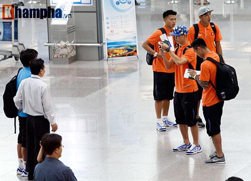 Bạn gái hot girl tiễn tuyển thủ U23 Việt Nam đi Qatar - 8