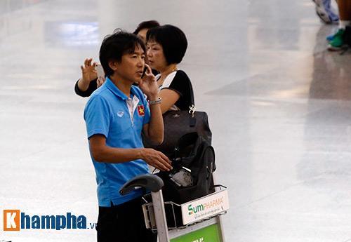 Bạn gái hot girl tiễn tuyển thủ U23 Việt Nam đi Qatar - 10