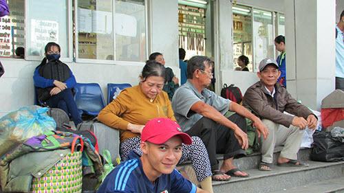 TP.HCM: Tay xách nách mang về quê nghỉ Tết Dương lịch - 3