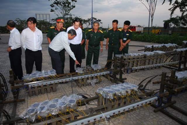 Người Sài Gòn đổ về hai điểm bắn pháo hoa mừng năm mới - 5