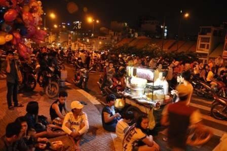 Người Sài Gòn đổ về hai điểm bắn pháo hoa mừng năm mới - 3
