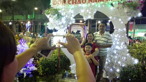 Người Sài Gòn đổ về hai điểm bắn pháo hoa mừng năm mới - 10