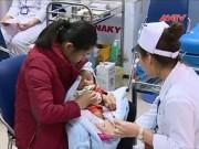 Bản tin 113 - Ngày đầu tiêm vaccine Pentaxim: Không phải chờ đợi