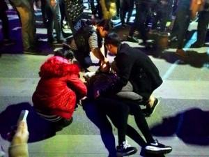 Tin tức trong ngày - Hà Nội: Leo cây, chen lấn ngất xỉu xem ca nhạc mừng năm mới
