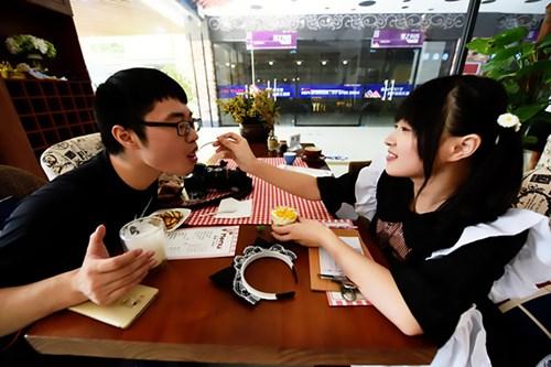 Nhà hàng thuê nữ sinh viên... đút thức ăn cho khách - 5