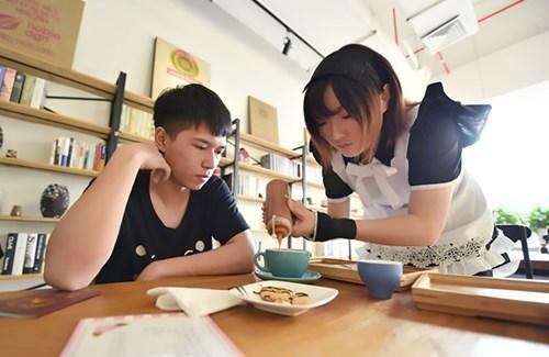 Nhà hàng thuê nữ sinh viên... đút thức ăn cho khách - 6