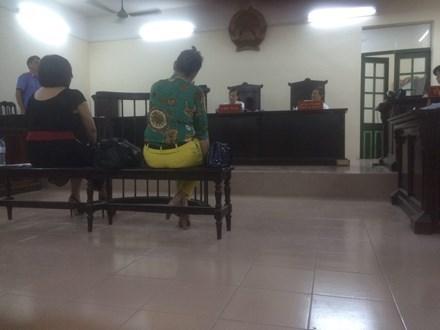 Phạt tù hai phụ nữ say rượu, cắn công an phường - 1