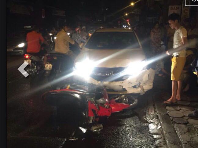 Hà Nội: Ô tô húc hàng loạt xe máy, 4 người bị thương - 1
