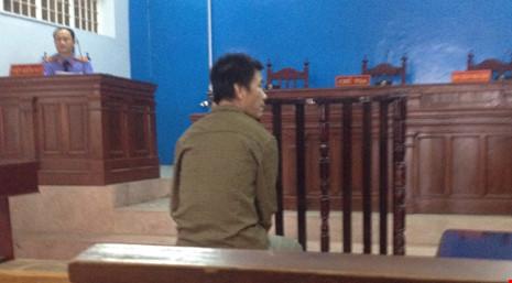 Tòa hoãn xử vì bị hại thấy mặt bị cáo là ngất xỉu - 1