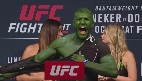 """UFC: """"Người khổng lồ xanh"""" xé áo nạt nộ đối thủ - 1"""