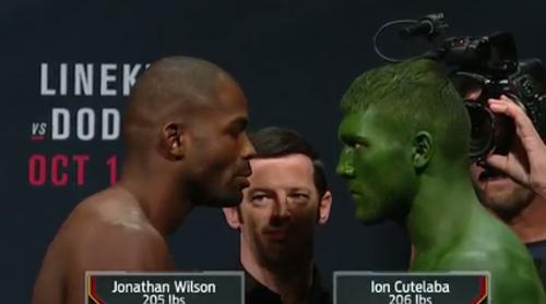 """UFC: """"Người khổng lồ xanh"""" xé áo nạt nộ đối thủ - 2"""