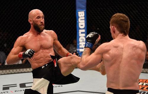 """UFC: """"Người khổng lồ xanh"""" xé áo nạt nộ đối thủ - 5"""