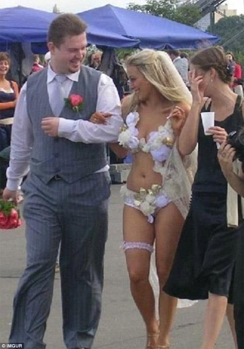 Kinh ngạc với những bộ váy cưới thiếu vải, kỳ dị - 5