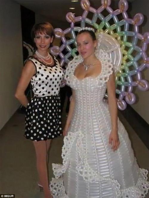 Kinh ngạc với những bộ váy cưới thiếu vải, kỳ dị - 11